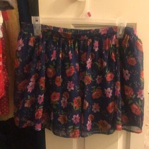 Skirt with decorative flowers